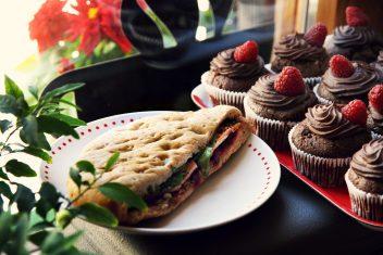 Veganiškas sumuštinis ir veganiški keksiukai